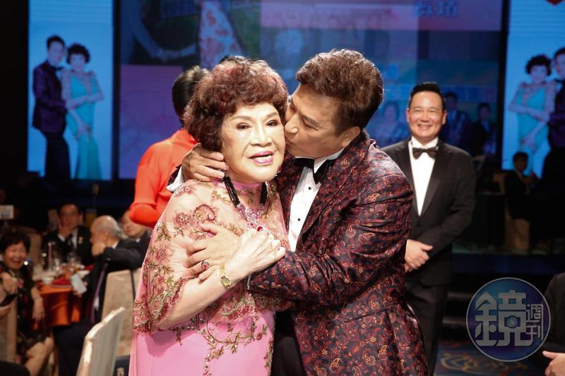 阿姑婚禮進場,李朝永獻上深情之吻。