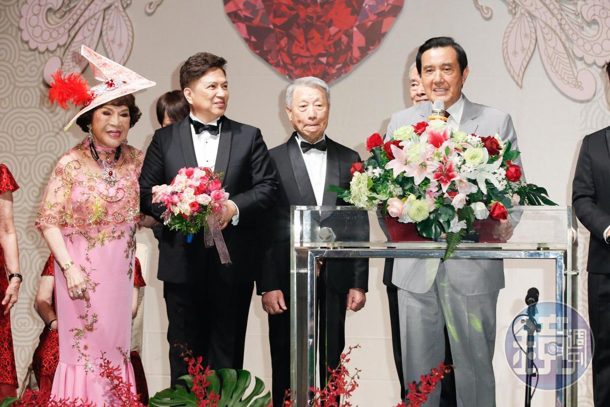 馬英九(右)向李朝永傳授愛妻守則。