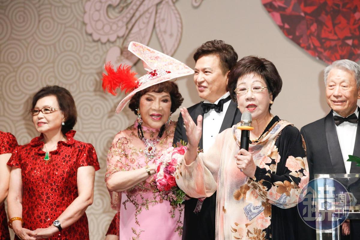 呂秀蓮(前排右)讚周遊是台灣第一新女性。