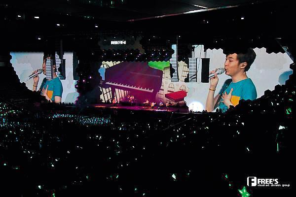 馮建彰團隊2012年打造蘇打綠台北演唱會,白色六角形紙箱拼接投影背板(左圖),隔年賈斯汀巡迴演唱會也出現極相似的設計。(右圖)