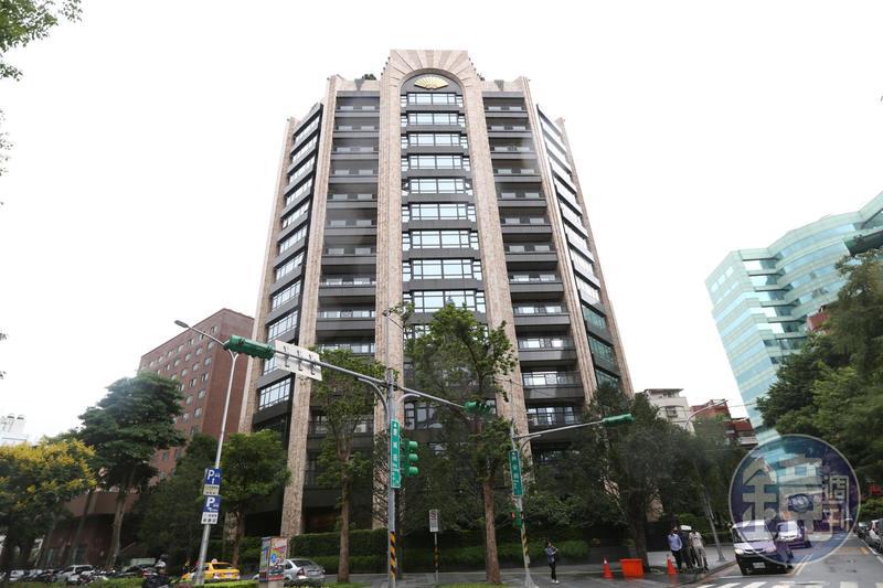 陳泰銘本人對投資相當有一套,尤其愛買豪宅,光是在敦化北路豪宅文華苑就砸下三十餘億元買了7戶。