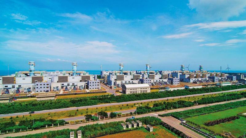 供氣給大潭電廠(圖)的觀塘天然氣接收站,10月8日通過環評。(台電提供)