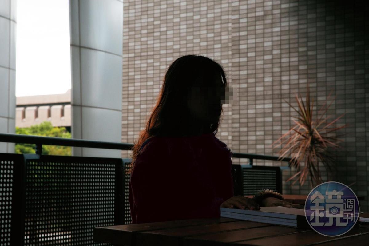 受害女學生小琳表示,王男誘騙她們簽不平等工作契約,還伸鹹豬手騷擾。(被害人已經變裝處理)