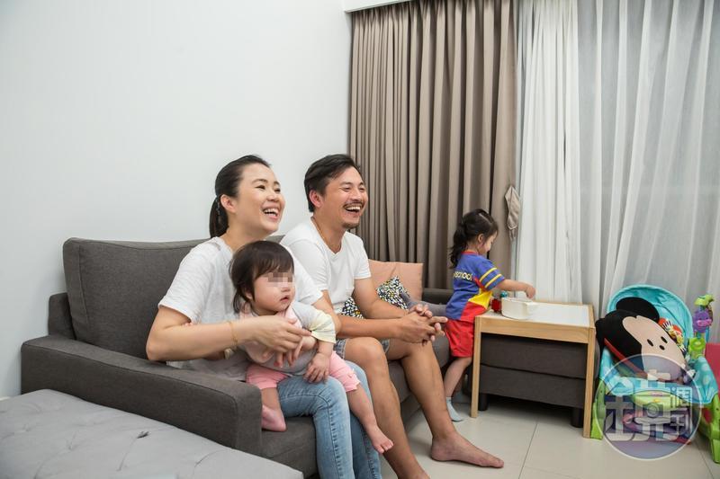 社宅住戶何先生一家人,很滿意新家的軟硬體設施。