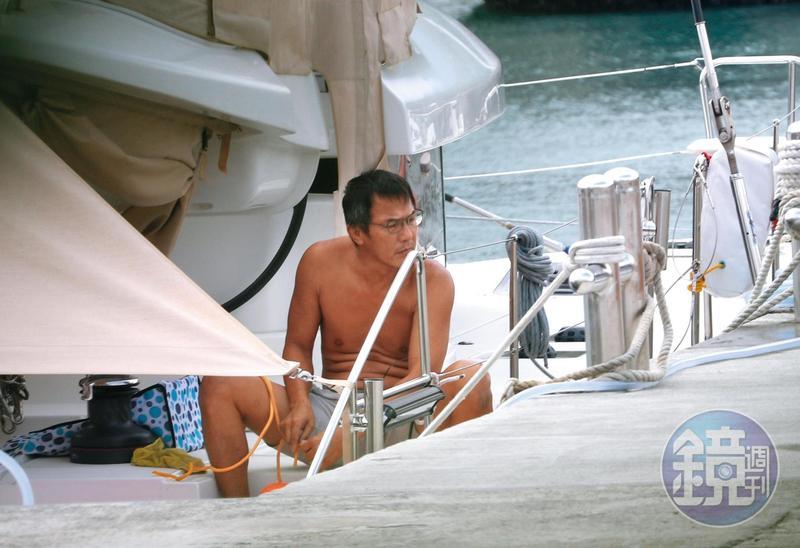 戴立忍花2,000萬元買下1艘遊艇,隱居在宜蘭烏石港,他打赤膊在船上忙裡忙外,毫不在意自己的明星身分。