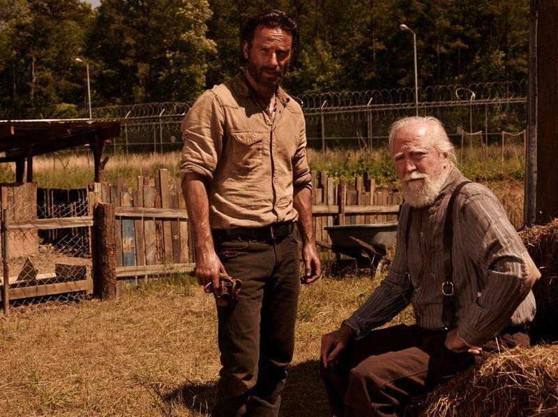 史考特(右)在《陰屍路》中扮演農場主人,救過主角瑞奇一家。(翻攝The Walking Dead粉絲專頁)