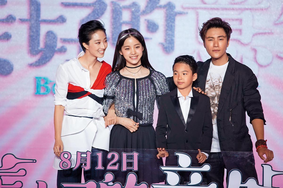 桂綸鎂(左起)與歐陽娜娜、王元也及陳坤演出何蔚庭執導的中國喜劇奇幻片《美好的意外》。(東方IC)