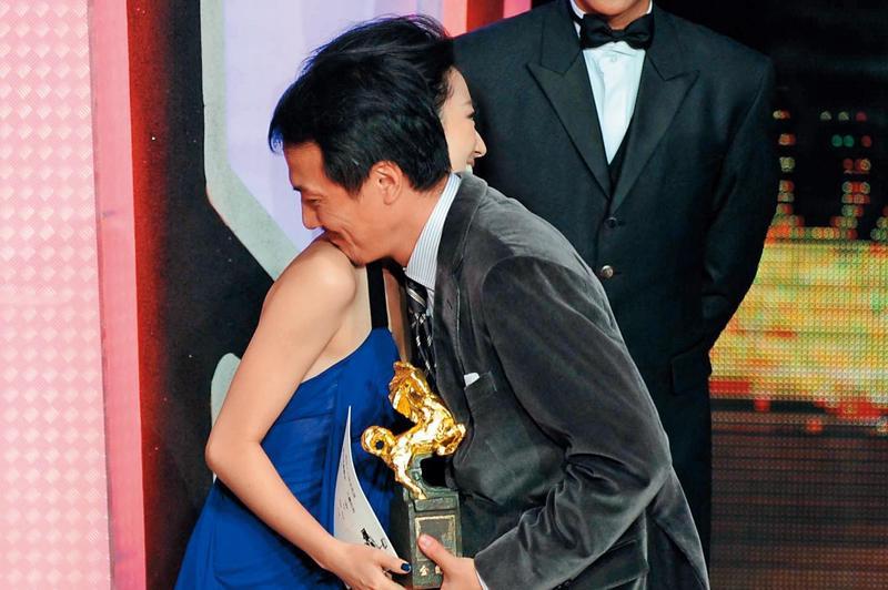 戴立忍以《不能沒有你》奪金馬46「最佳原著劇本」,從桂綸鎂手中接下獎座,兩人愛的抱抱成全場焦點。(東方IC)