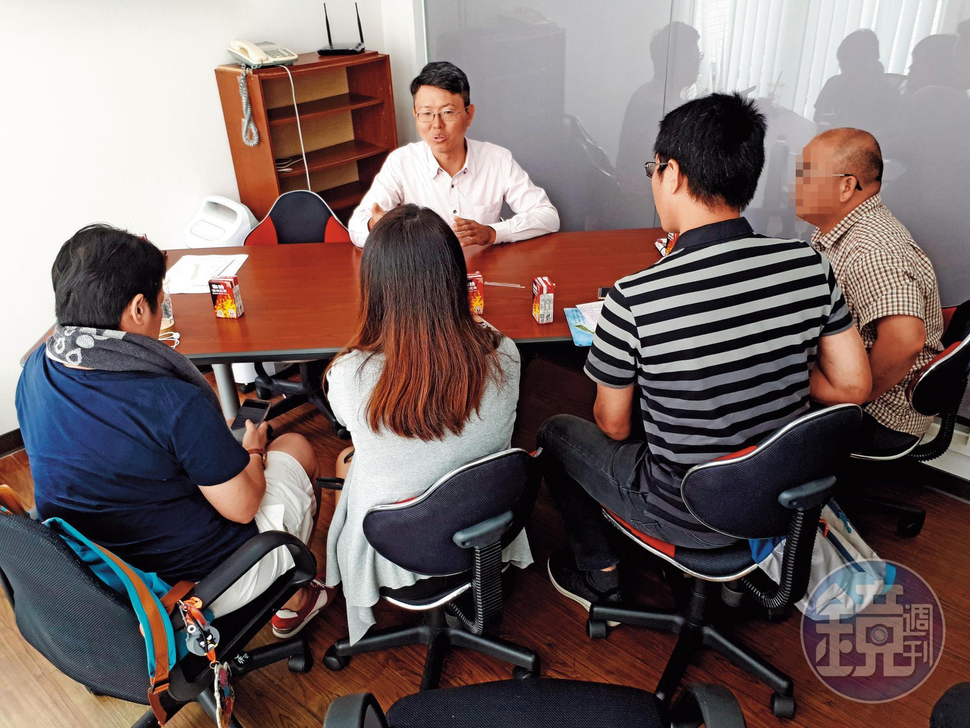多名集資買房的民眾不滿帥過頭擺爛不善後,日前找律師徐立信諮詢,準備提告。