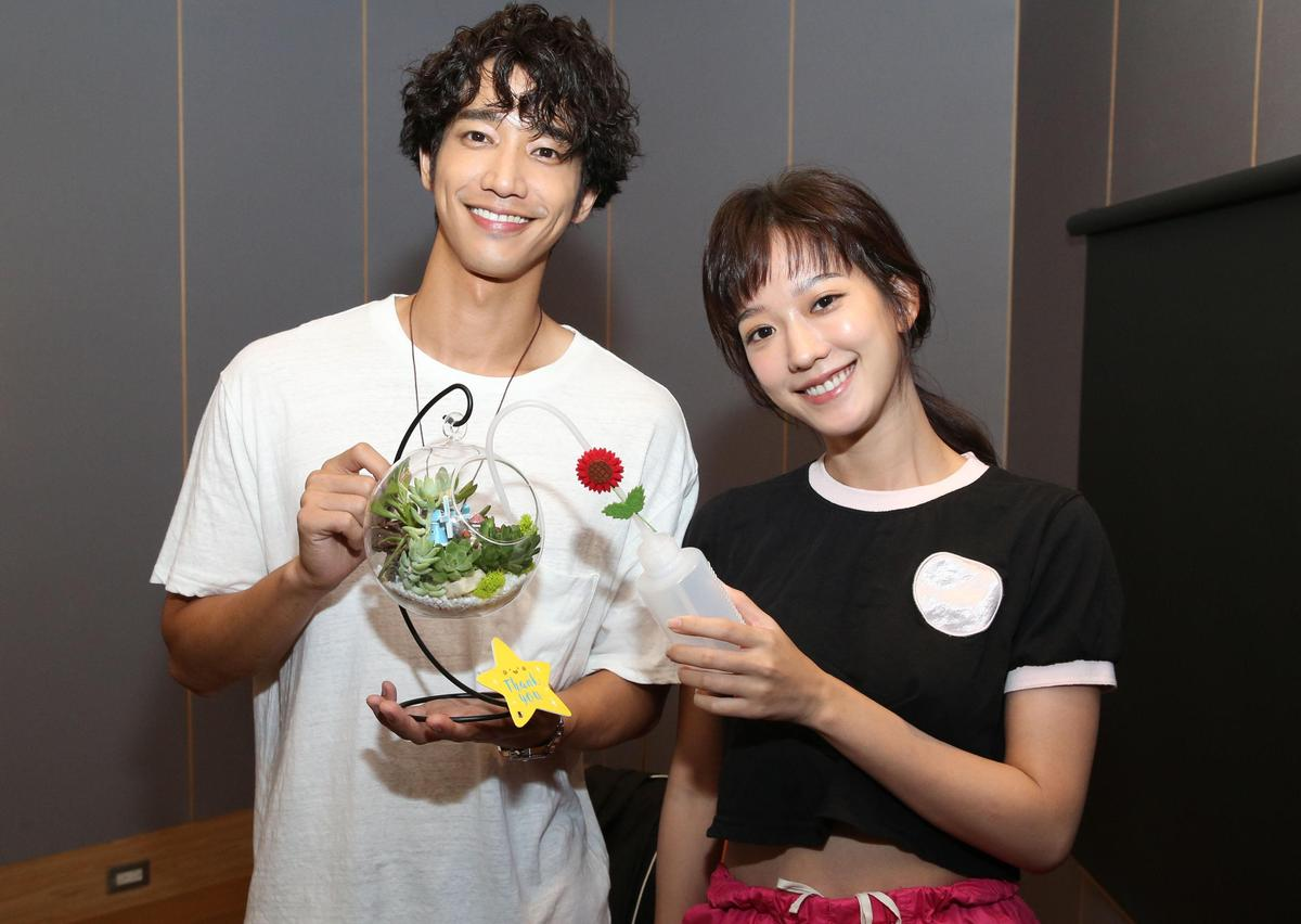 孟耿如跟「鄰居」劉以豪錄音室相見歡,劉以豪送上多肉植物給女主角拜碼頭。(愛貝克思提供)