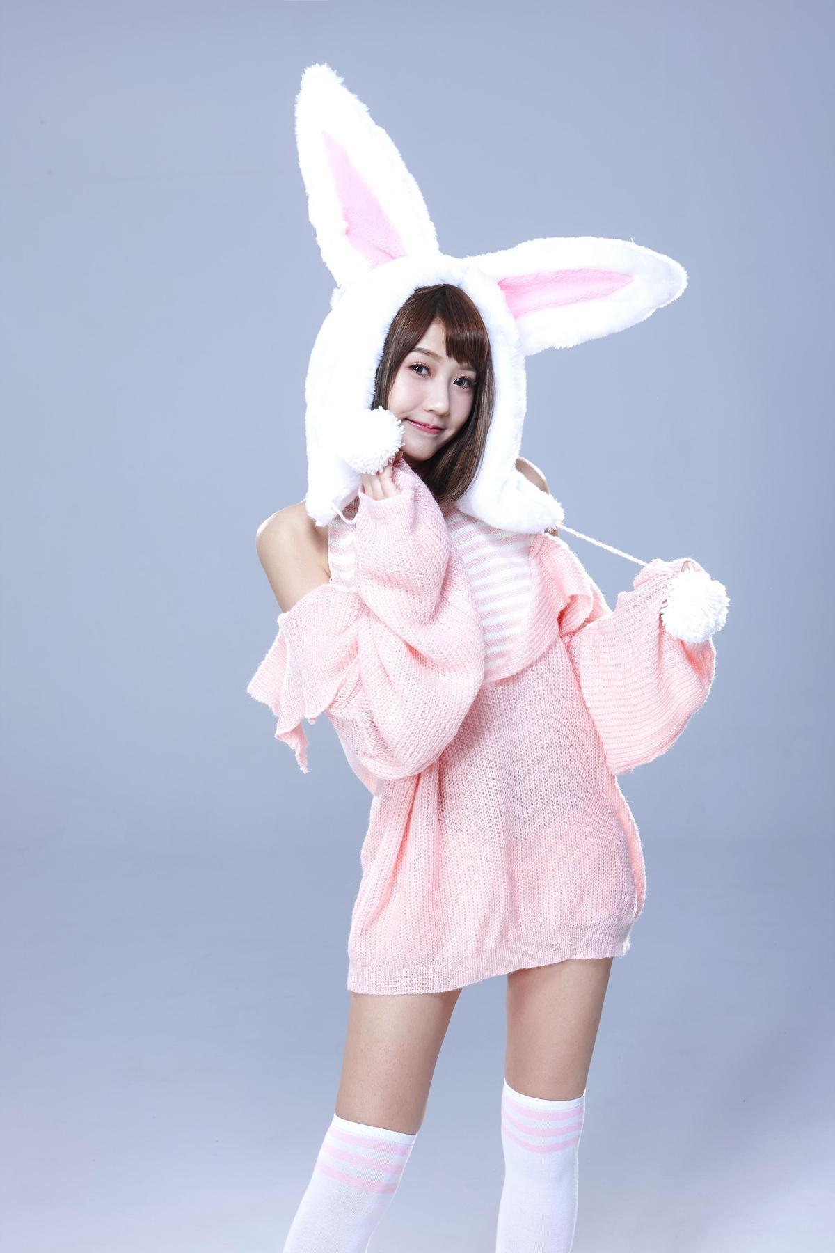 四葉草扮萌兔裝可愛,她對此造型表示很有cosplay的感覺。(金橋娛科提供)