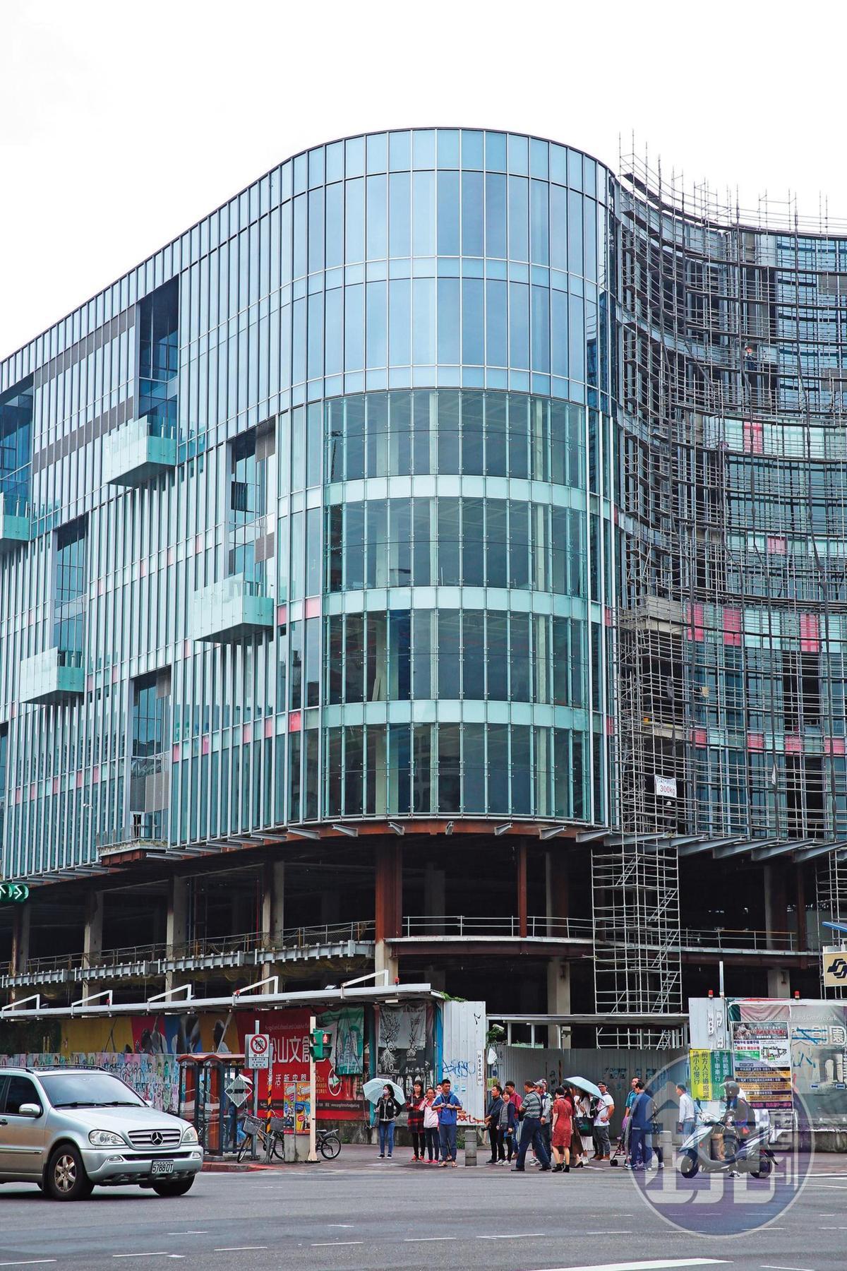緊鄰光復南路的大巨蛋商場大樓玻璃帷幕已安裝完畢,可能接手的新團隊,未來將改為商辦使用,降低容留人數。