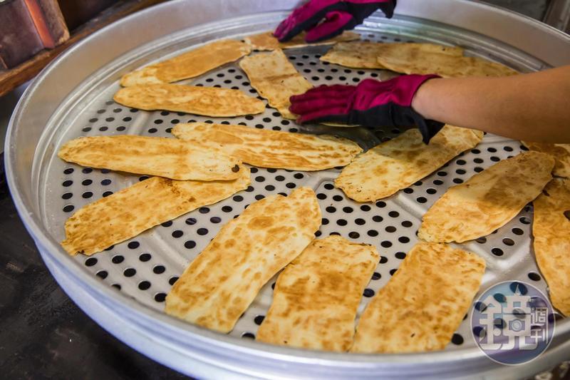 鹿港地區未包餡的薄脆牛舌餅,是明豐珍第二代研發,只做來給老客人、親友品嘗。