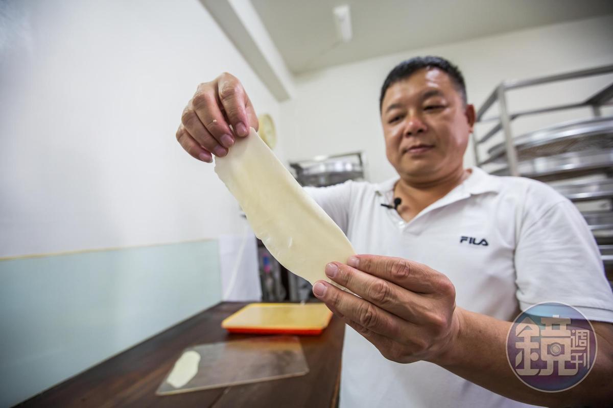 蘇正興應本刊請求,親自示範如何製做薄脆牛舌餅。