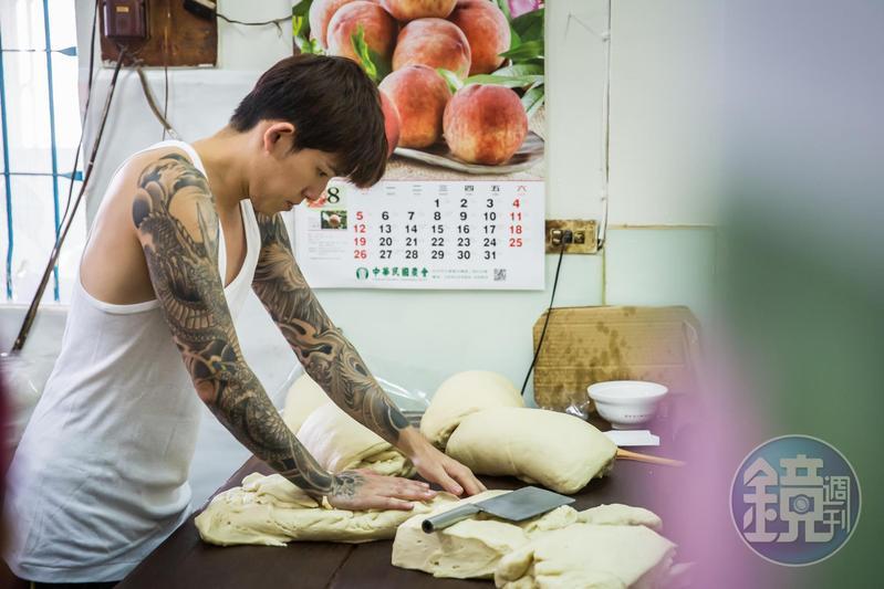 為防家業外流,和麵揉麵等核心工作只有蘇家人才能經手,長子蘇志偉凌晨3點就得起床備料。