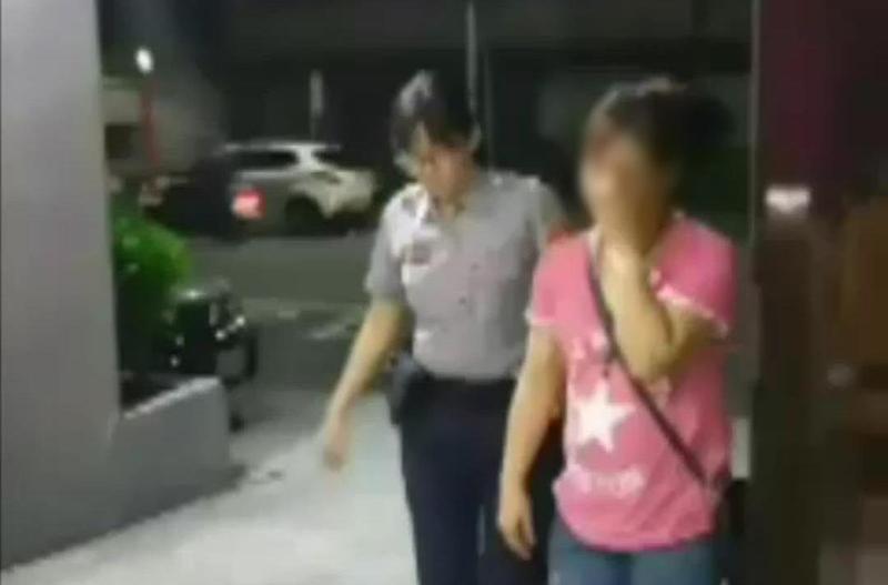 張女叫來兒子助陣,最後依教唆罪嫌遭送辦。(翻攝畫面)