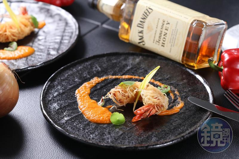 「千絲炸虎蝦佐威士忌醬」以紅椒與蜂蜜風味的田納西威士忌融合的醬汁,非常解膩。