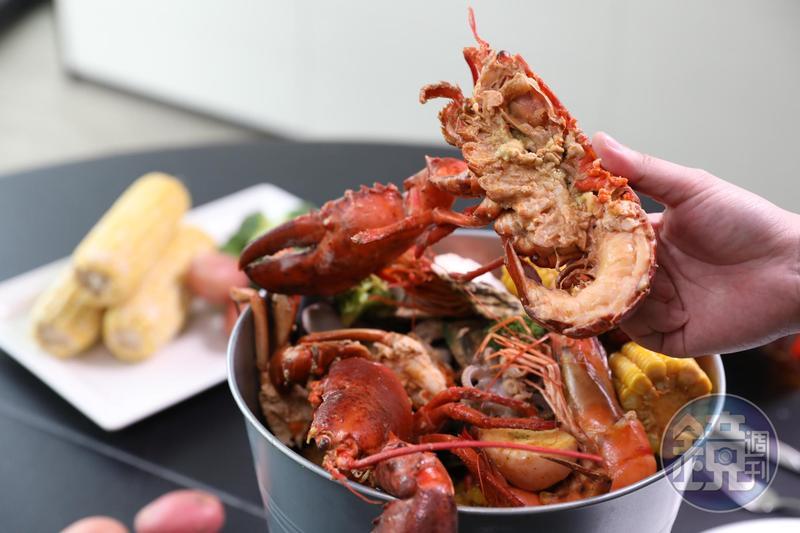 「舊金山酒香海鮮桶」裡有了波士頓龍蝦,顯得霸氣十足。