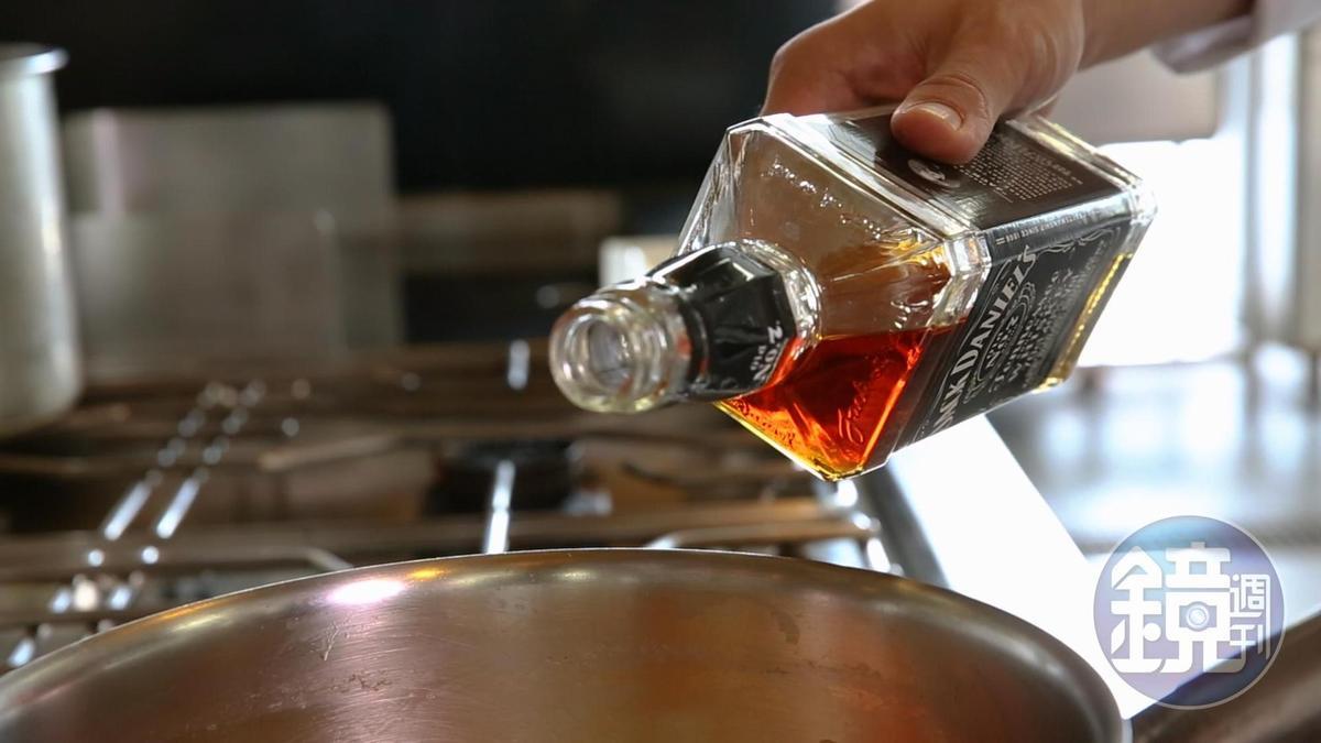 傑克丹尼田納西威士忌加入高湯,賦予海鮮桶的酒香大人味。