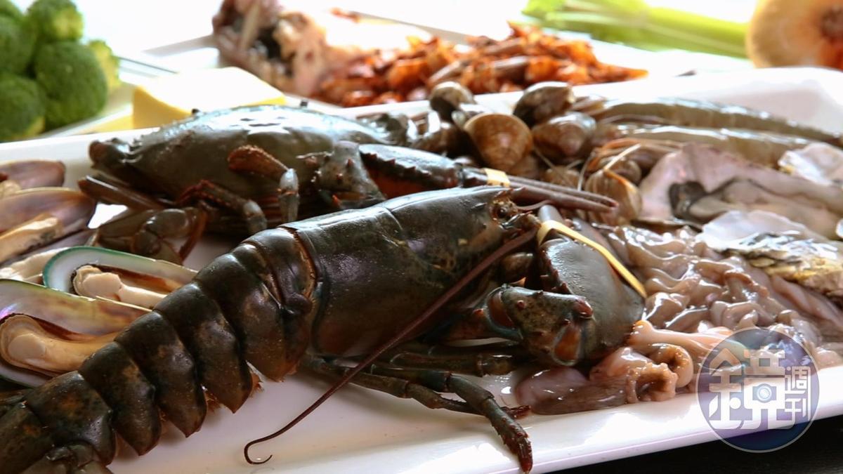 喜歡吃什麼海鮮,就張羅什麼,但要海鮮桶霸氣外露,便少不了波士頓龍蝦。