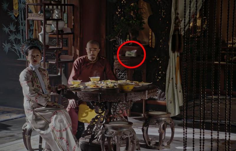 周迅與霍建華用膳時,後方出現一包抽取式衛生紙。(翻攝畫面)