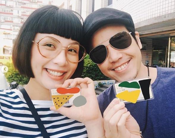 魏如萱(左)在今年生日前夕和老公隆宸翰登記結婚,正式晉升「隆太太」。(翻攝自魏如萱臉書)