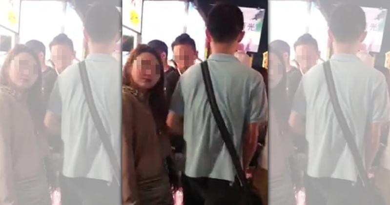 網友拍下男子逛夜市趁著人潮多竟伸出手肘碰觸女性胸部,引起女子不適。(翻攝自爆料公社)