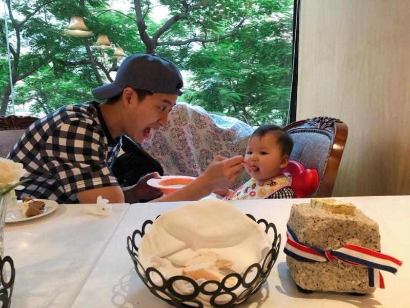 桌球明星江宏傑和福原愛結婚2年,育有一女小小愛,婚姻幸福美滿。(翻攝自臉書)