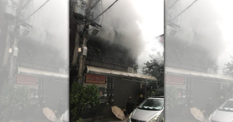 蘆洲公寓驚傳火警,老婦人疑因逃生不及而被燒成焦屍。(翻攝畫面)