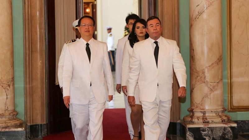我駐多明尼加前大使湯繼仁(前左)10日在國慶典禮上昏倒送醫,經醫療團隊以葉克膜搶救後,目前已清醒但仍留院觀察。(圖取自外交部)