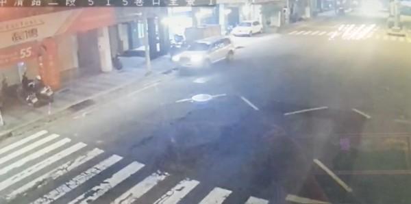 丟下傷者的過程只有20秒,駕駛座沒有人下車,推測傷者從右後座被抬下車。(警方提供)