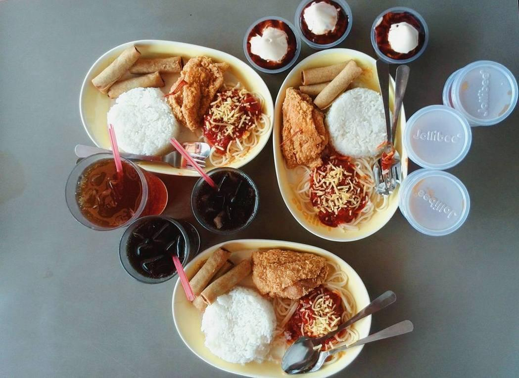 快樂蜂提供菲式速食,並迎合菲律賓人偏好的酸甜口味。(快樂蜂臉書)