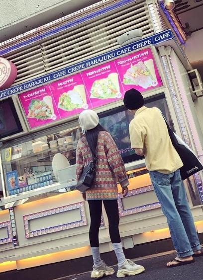 泫雅和E'Dawn在日本的可麗餅店外,似乎在思考要吃什麼口味才好。(翻攝自泫雅IG)