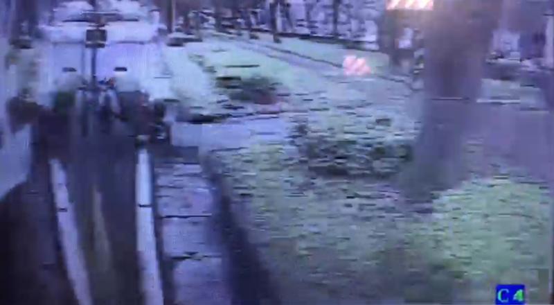 今(11)日上午9點的敦化南路的公車專用道,1名騎乘腳踏車的67歲李姓老翁疑因未注意號誌而迎頭撞上公車右後車門。(警方提供)