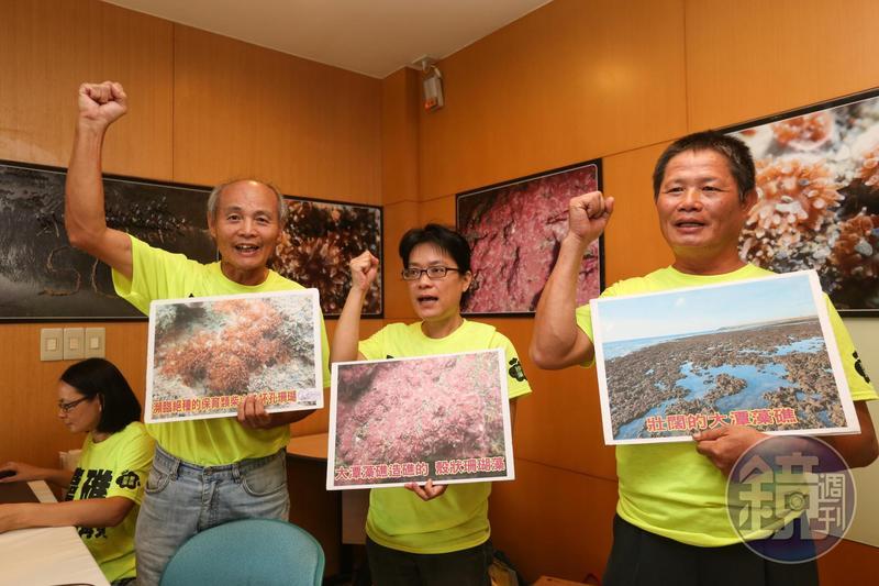 圖為搶救大潭藻礁行動聯盟召集人潘忠政(左)。