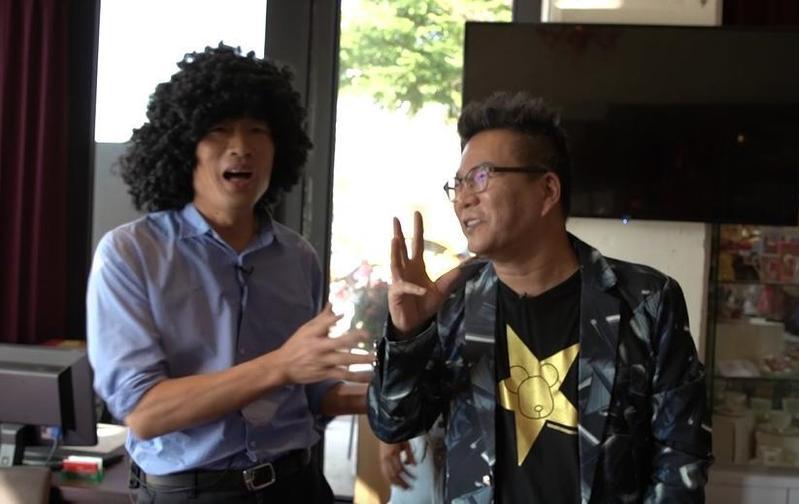 沈玉琳(右)日前受高雄市長參選人韓國瑜(左)邀請幫忙變裝,2人至高雄駁二特區隨機街訪,聽取民意。(翻攝畫面)