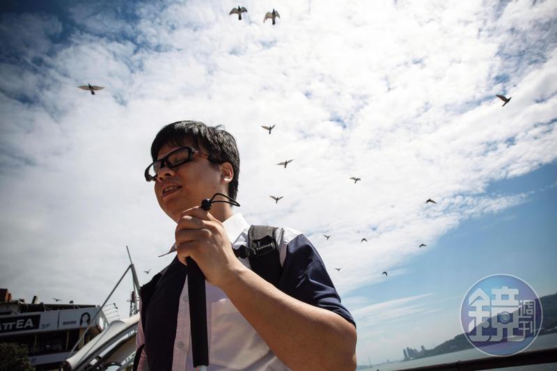 雖然看不見,王俊傑的其他感官很敏銳,例如他從台東回台北能感受到空氣的重量不一樣,也能從浪濤聲判斷漲潮或退潮。
