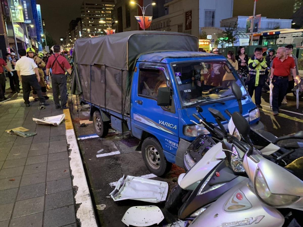 黑色的TOYOTA自小客車因突然暴衝,波及一旁的汽機車。(翻攝畫面)