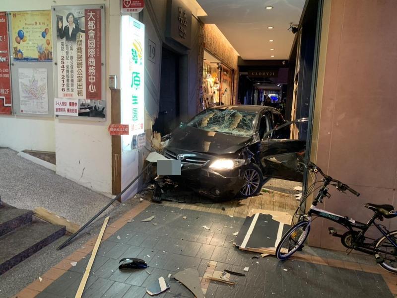 南京東路上傍晚突然發生黑色轎車衝撞騎樓事故,駕駛人僅受輕傷,正接受警方調查中。(翻攝畫面)