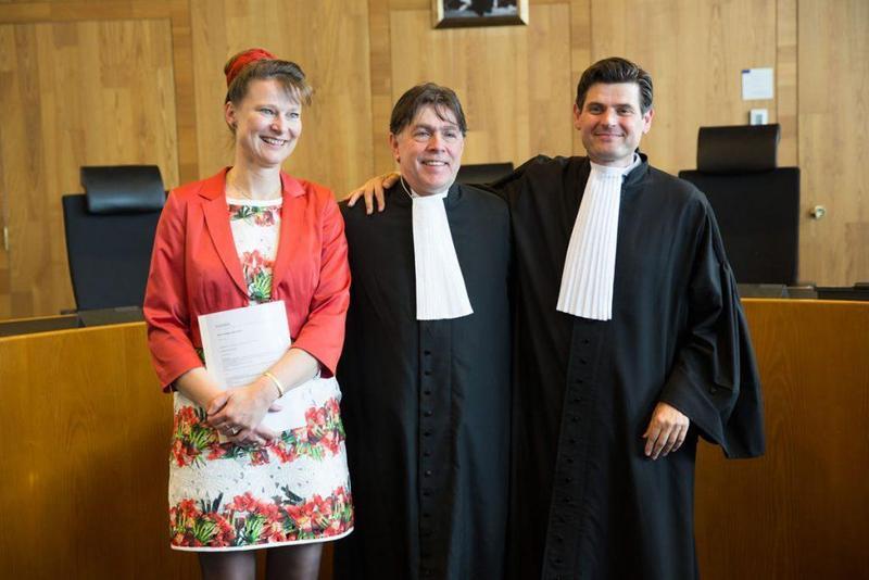 荷蘭上訴法院作出判決,要求荷蘭政府應加緊減少碳排作為,激勵其他國家公民團體對抗氣候變遷的決心。圖為Urgenda負責人Marjan Minnesma (左)在法院內與法官合影。(圖取自URGENDA官網)