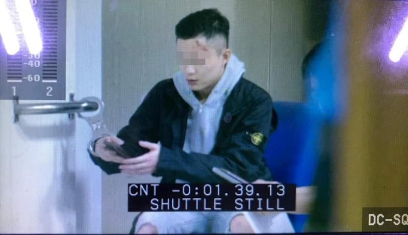 在街頭競速撞死3人後,謝亞軒遭民眾拍下在警局神態自若刷手機的畫面。(翻攝畫面)