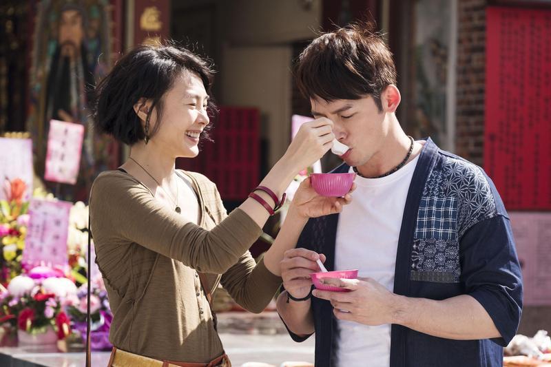 溫昇豪(右)與曾珮瑜上演甜蜜餵食秀。(青睞影視提供)