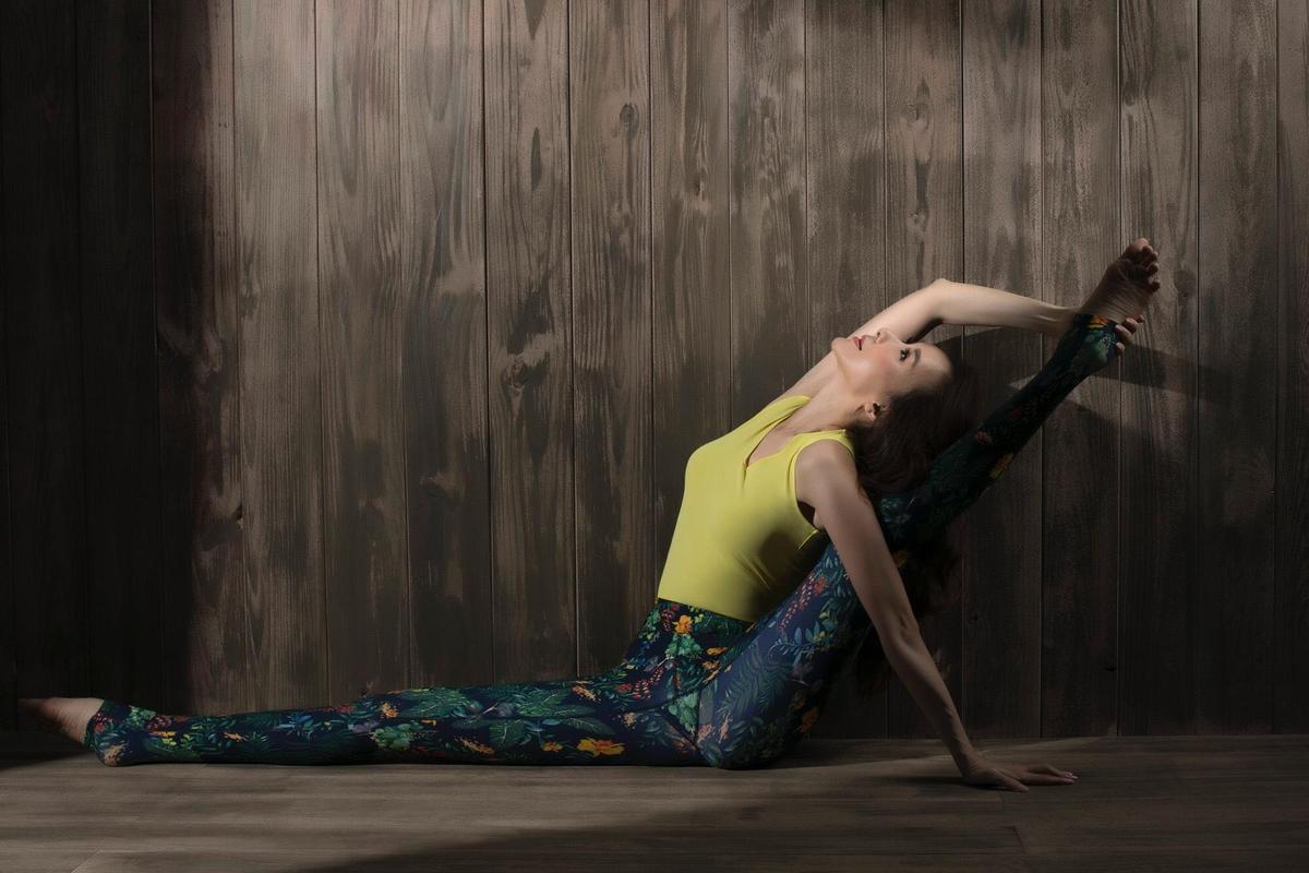 蕭薔為拍攝年曆做出高難度動作。柳腰和秀腿被折彎成驚悚角度,令攝影棚內人人屏息,直乎不可思議。(蕭薔工作室)