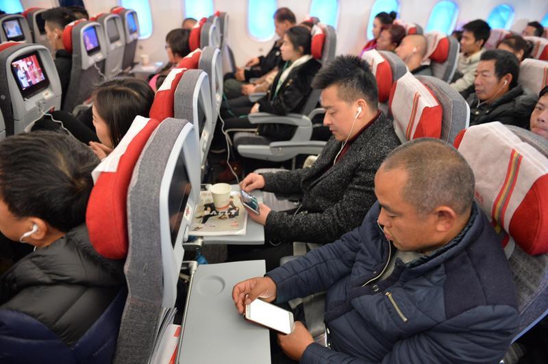 航空公司禁止乘客在飛機上使用手機等電子裝置,真正考量並非飛安。(成都商報/東方IC)