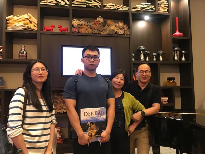 劉俊昌大女兒、小兒子都已唸完澳洲大學,準備攻讀另一個學位。(宇隆科技提供)