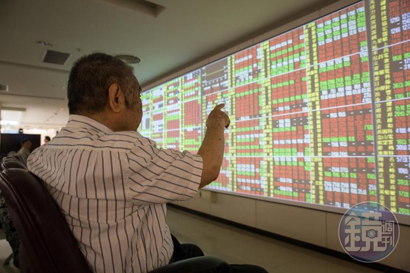 台股指數收盤大漲239.7點,收在10045.81點,成交值新台幣1435億元,順利重返萬點大關。
