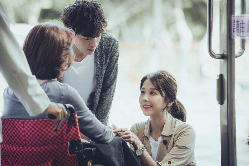邵雨薇和吳思賢劇中在療養院遇到很像他們生母的婆婆。(東森創作提供)