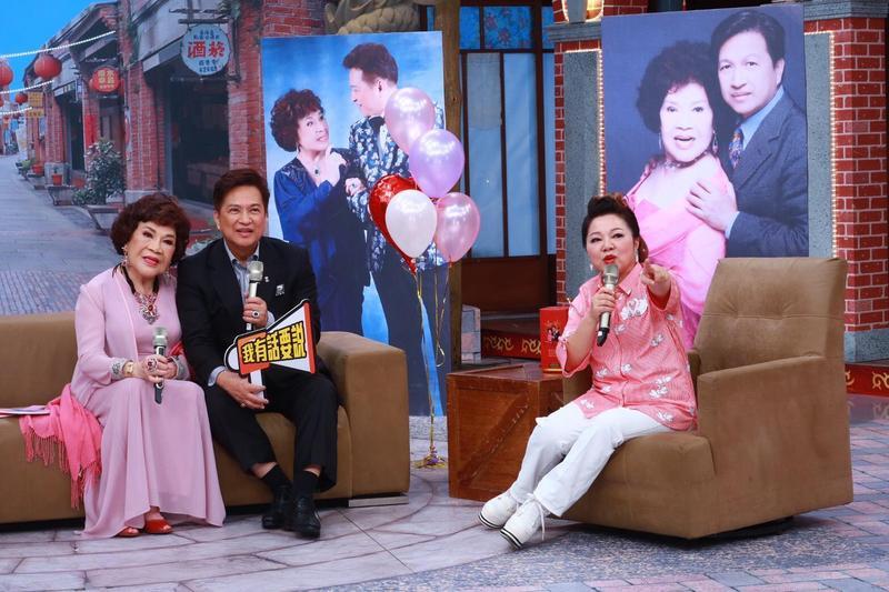 周遊(左起)和李朝永夫妻上《冰冰秀》曬恩愛。(中視提供)