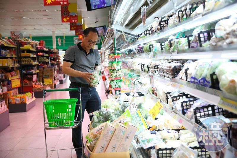 劉俊昌常常到超市採購食材。