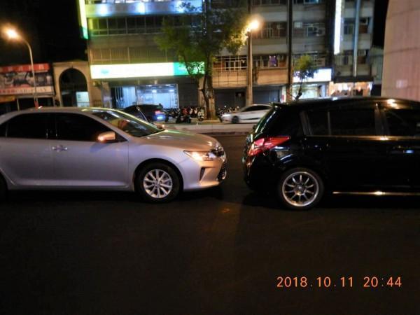 林男停等紅燈時昏迷,車子追撞前方自小客車。(警方提供)